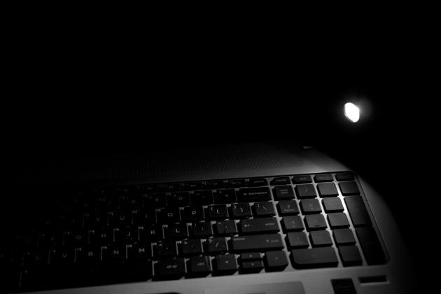 Olight H1 Nova oświetlająca klawiaturę laptopa