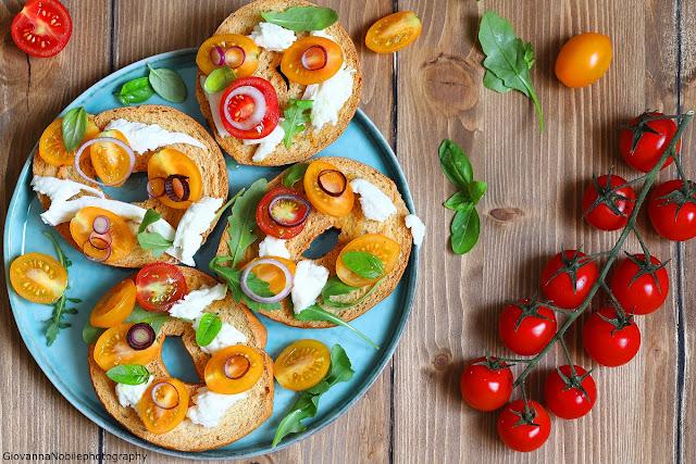Frisella con mozzarella, pomodorini e rucola