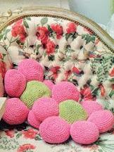 http://unachechi.blogspot.com.es/2013/02/cojines-flores-de-crochet.html