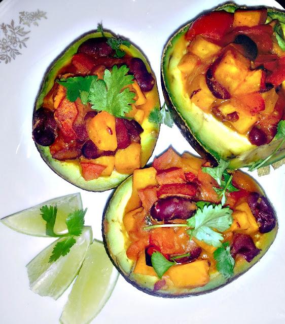 Pieczone awokado faszerowane warzywnym gulaszem