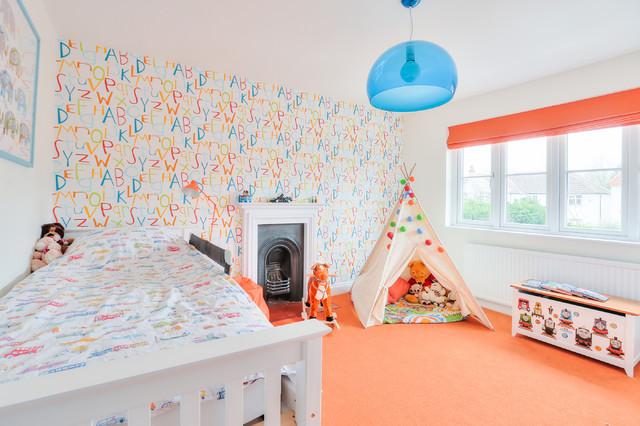детская с разноцветными стенами