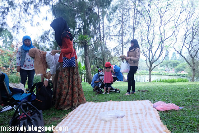 piknik di taman bunga nusantara