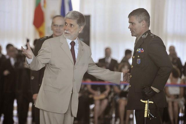 374645823d2af Os novos 23 oficiais-generais promovidos em março pela presidenta Dilma  Rousseff receberam as espadas em cerimônia no Clube do Exército, em  Brasília, ...
