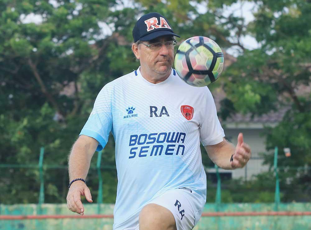 Rene Alberts Ingin PSM Makassar Jaga Fokus untuk Lengserkan Persib Bandung dari Puncak Klasemen