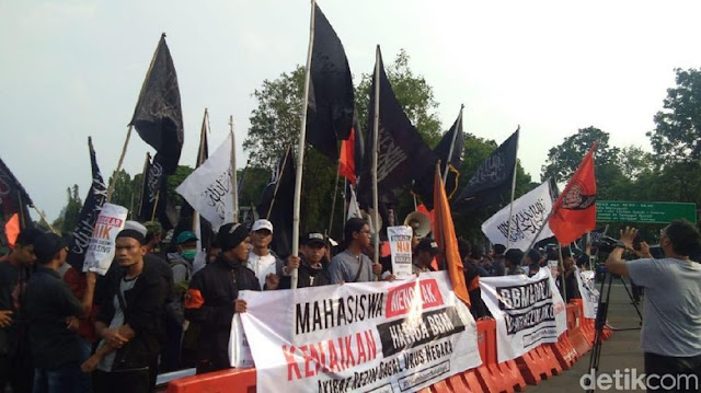 Bawa Bendera Tauhid, Massa Gema Pembebasan Aksi di Depan Istana
