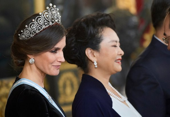 Queen Letizia with the Cartier Loop Tiara at the gala dinner with president of China Xi Jinping and Peng Liyuan