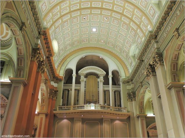 Basílica-Catedral Marie-Reine-du-Monde: Órgano