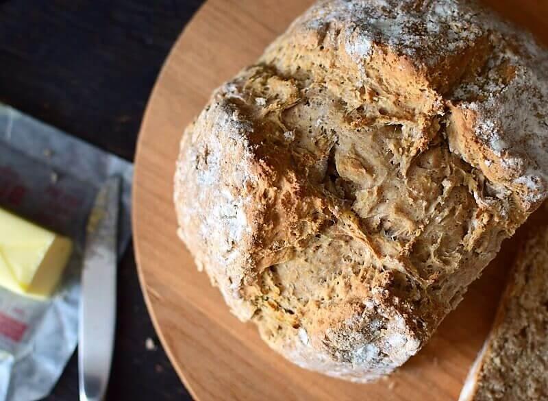 Pan casero muy rápido y fácil de hacer, no requiere amasado y está listo en menos de una hora