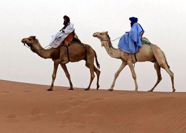 اللباس التقليدي للوقاية من الحرارة المفرطة في مرزوكة