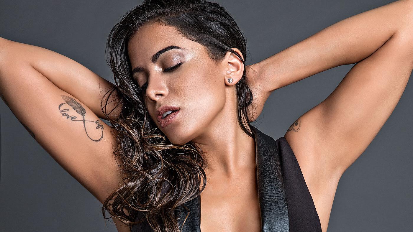 Além de Anitta, outro nome que em breve deverá aparecer ao lado do produtor é da cantora Camila Cabello.
