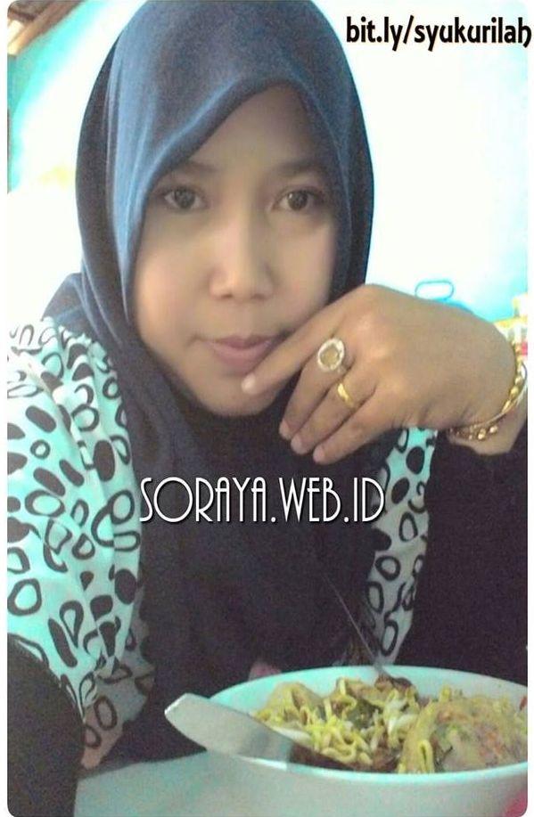 photo selfie Soraya wanita berjilbab sedang makan sendirian