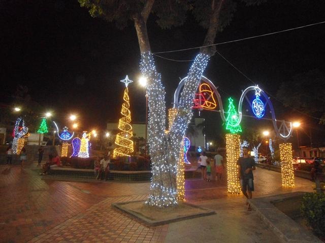 Iluminação do Natal atrai pessoas à Praça do Centro de Lauro de Freitas