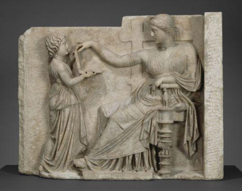Naiskos Grave, estatua controversial