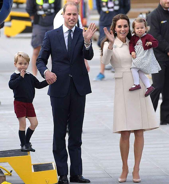 Os duques de Cambridge descendo no Canadá.
