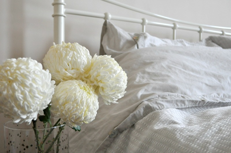 White flowers and cosy bed linen