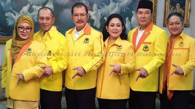 Kompaknya Enam Trah Soeharto Pakai Jaket Partai Berkarya