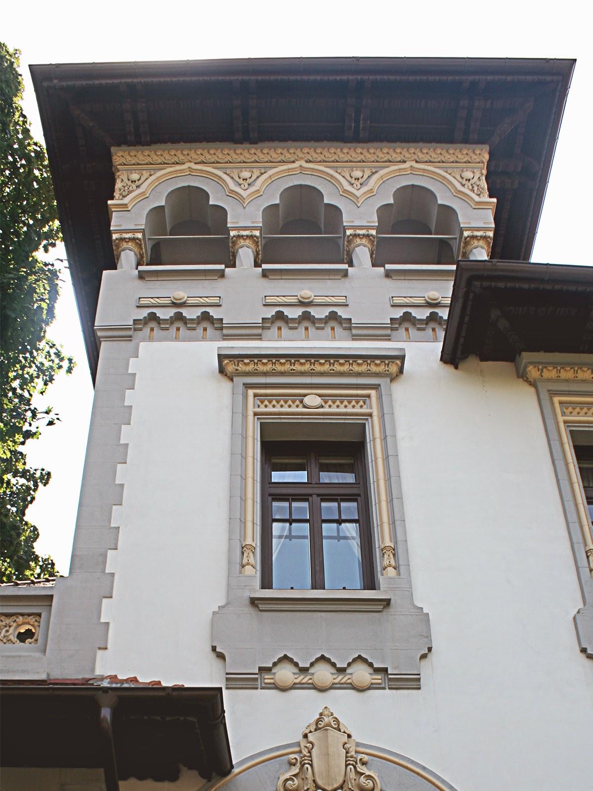 casa in stil neoromanesc cu ornamente arhitecturale din polistiren