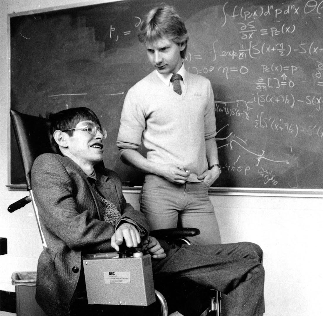 Trợ lý giáo sư Colin Williams nói chuyện với Stephen Hawking ở Đại học Harvard vào tháng 4 năm 1984. Hình ảnh: Boston Globe via Getty Images.