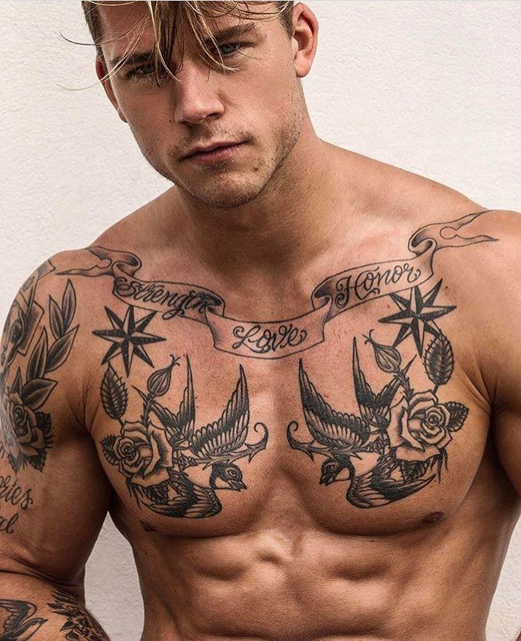 Podemos ver la Imagen de un hombre con un tatuaje de fuerza, amor y honor