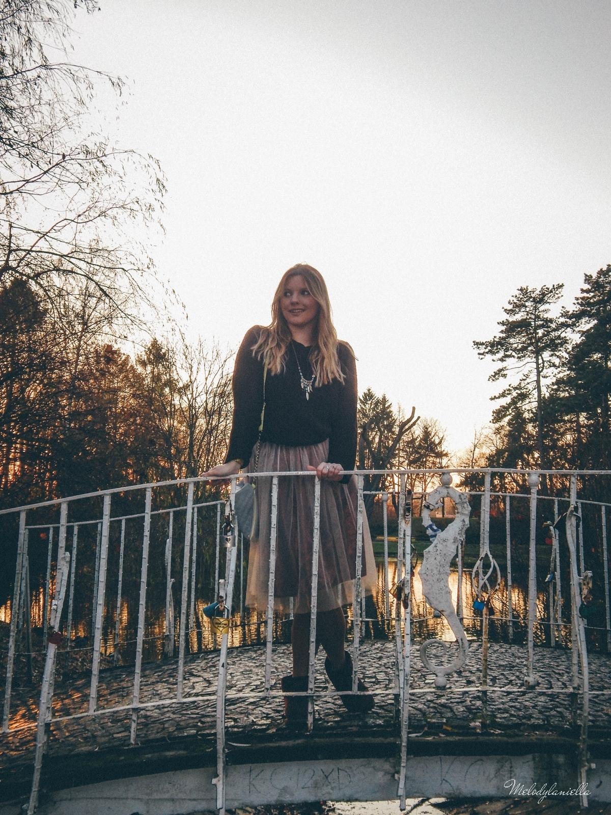 13. jesienna stylizacja tutu tiulowa spódnica dla dorosłych brązowy sweter torebka manzana melodylaniella autumn style fashion ciekawa stylizacja na jesień brązowa spódnica park love
