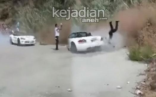 pria lagi selfie ditabrak mobil viper