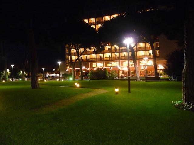 Дворик отеля Беверли Парк в Бланесе большой изеленый.