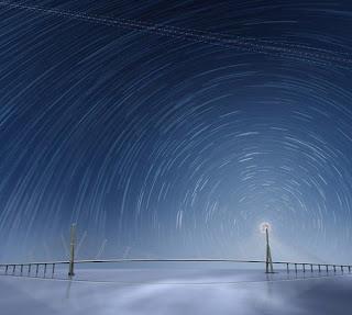 Fotografía de paisaje azul y blanco cielo y estrellas