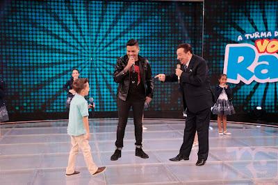 Felipe Araújo com Leonardinho e Raul (Crédito: Rodrigo Belentani /SBT)