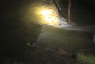 Arus air pasang melewati tanggul tambak