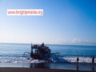 Jukung yang akan menyeberang ke Nusa Penida