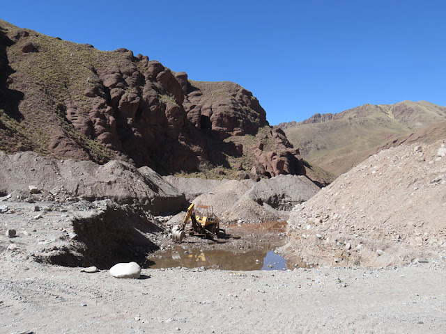 Durch ein fast trockenes Flussbett ging es von Viluyo nach Esmoraca. Im Flussbett wird Gold gesucht.