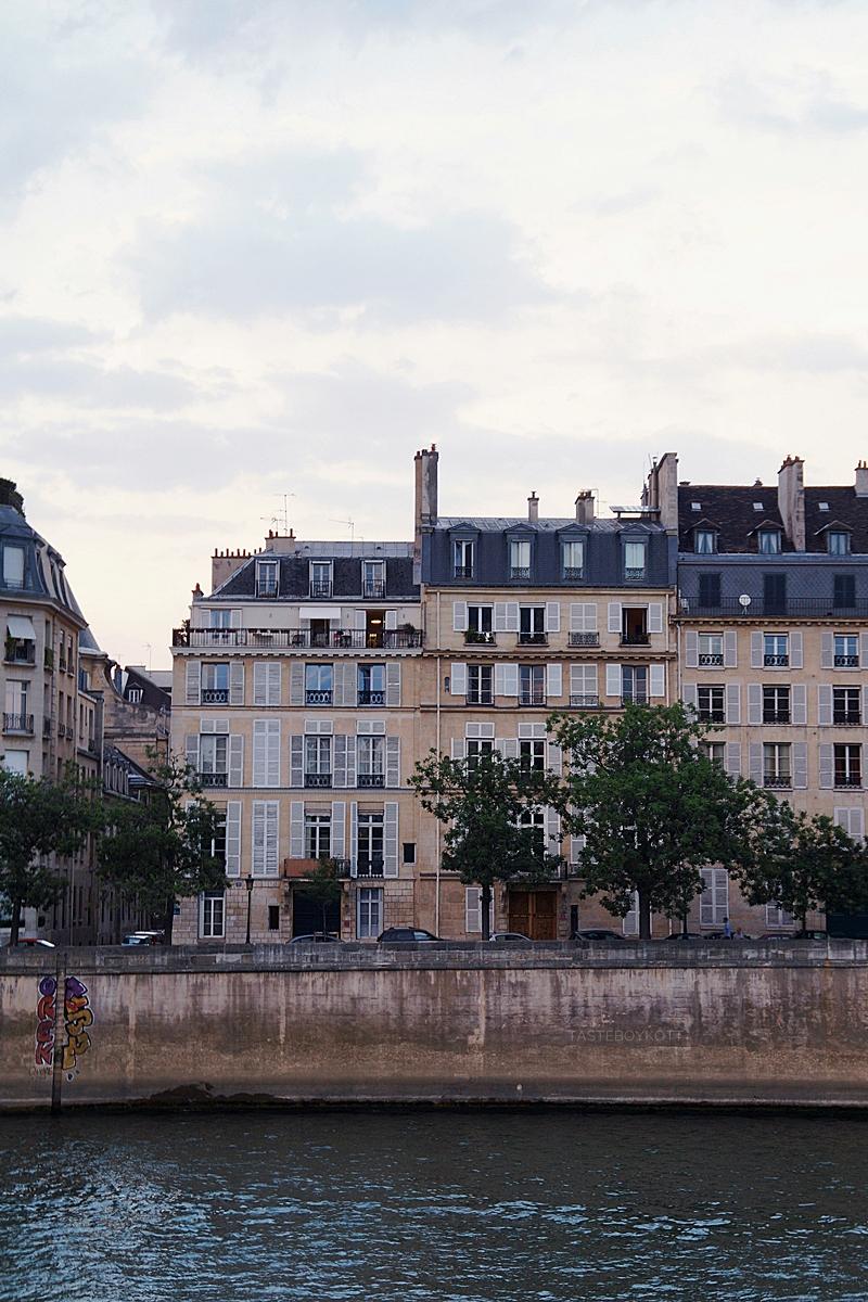 Pariser Stadthäuser an der Seine am Abend // Paris houses at the Seine in the evening