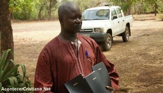 Pastor muestra Biblias de Los Gedeones en África