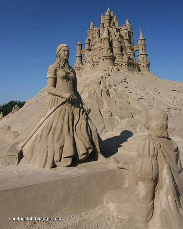 Fundov: Woman on Sand Sculptures
