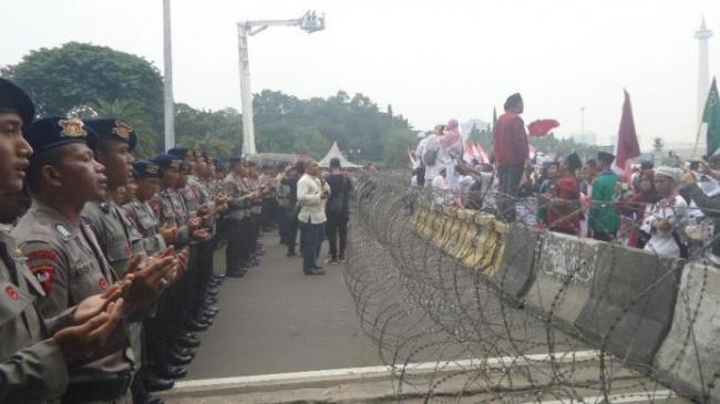 Pasukan Asmaul Husna Hadang Demonstran