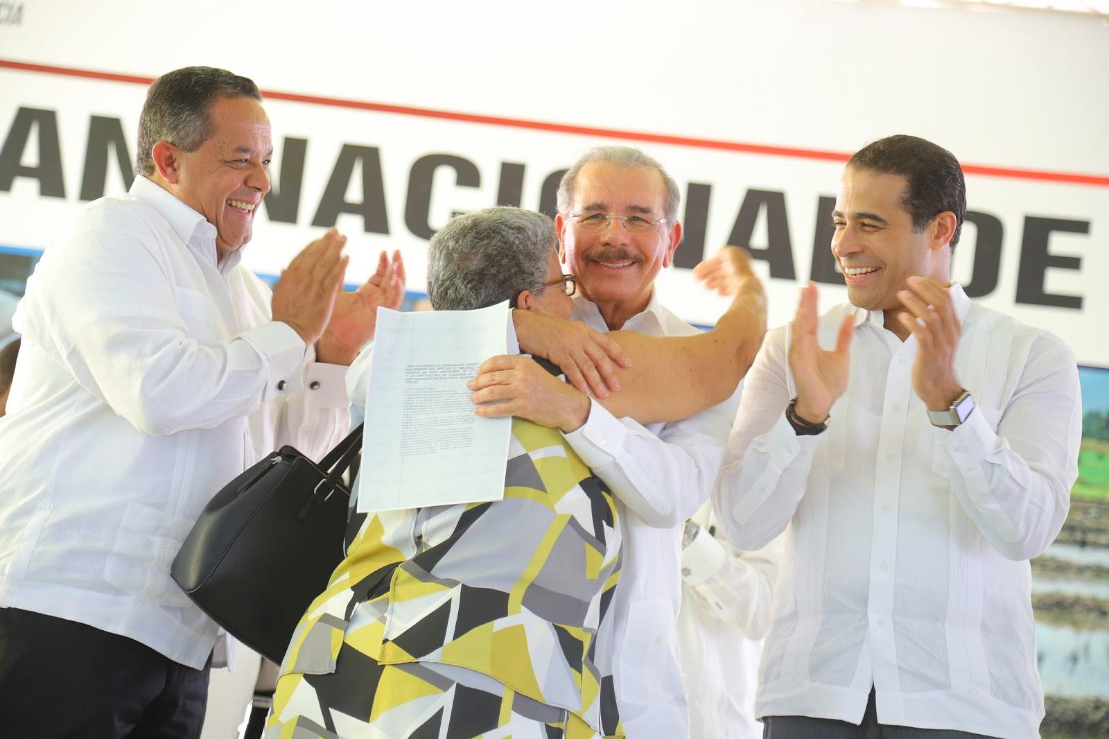 VIDEO: Gobierno de Danilo Medina pone fin a décadas de espera. Entrega 839 títulos definitivos de propiedad a parceleros de Palmar de Ocoa