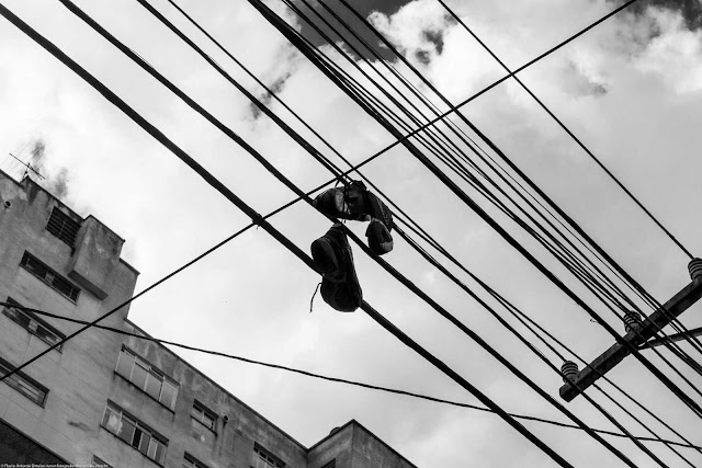 sapatos pendurados na fiação elétrica