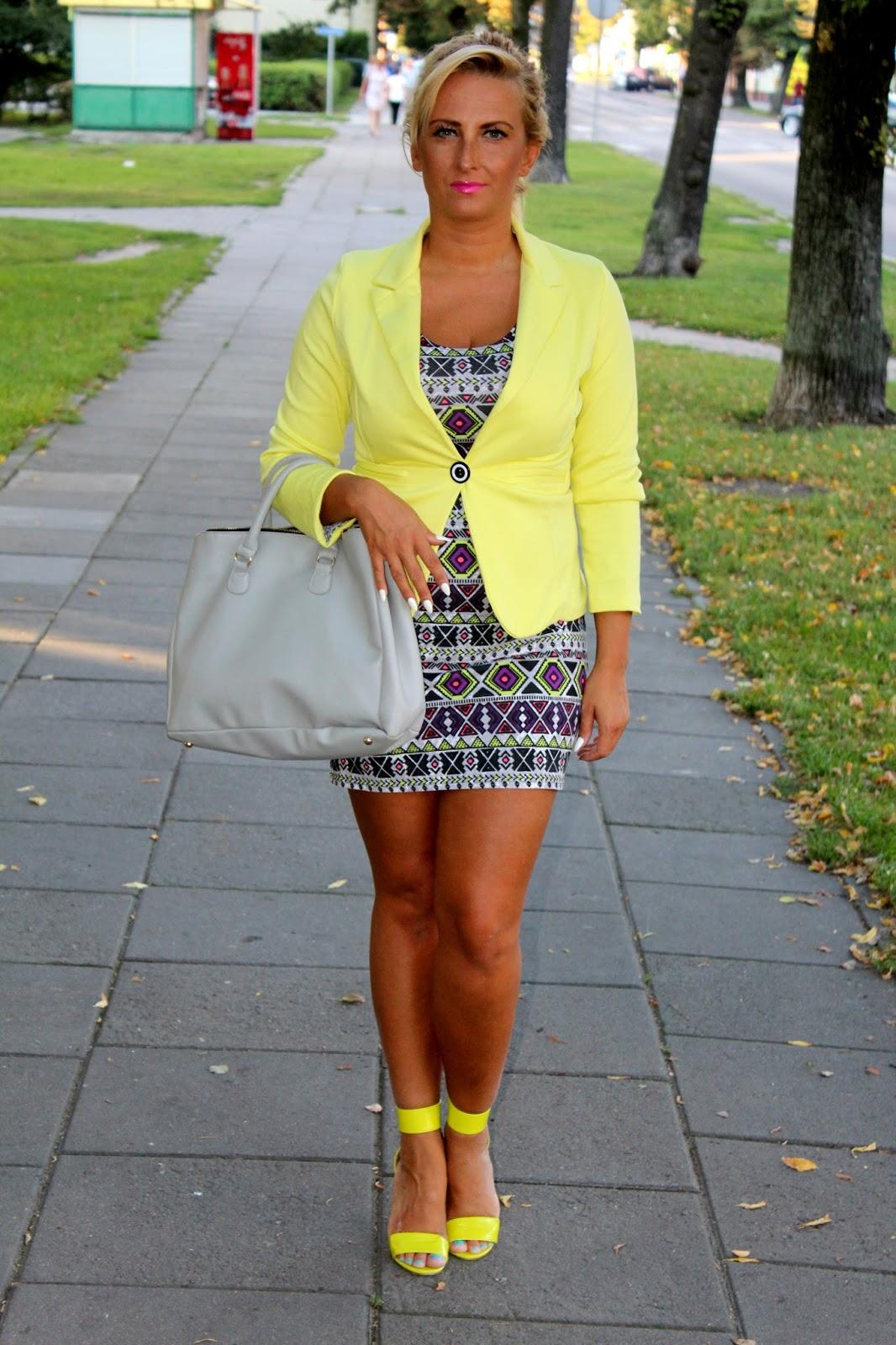 8572208aeb Wzorzysta sukienka i żółte dodatki