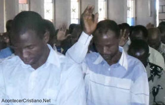 Cristianos en iglesia de Tanzania