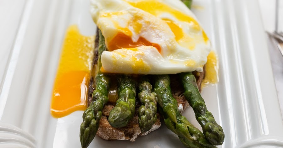 Gr ner spargel auf toast mit pochiertem ei kochen mit diana - Ei kochen mit eierkocher ...