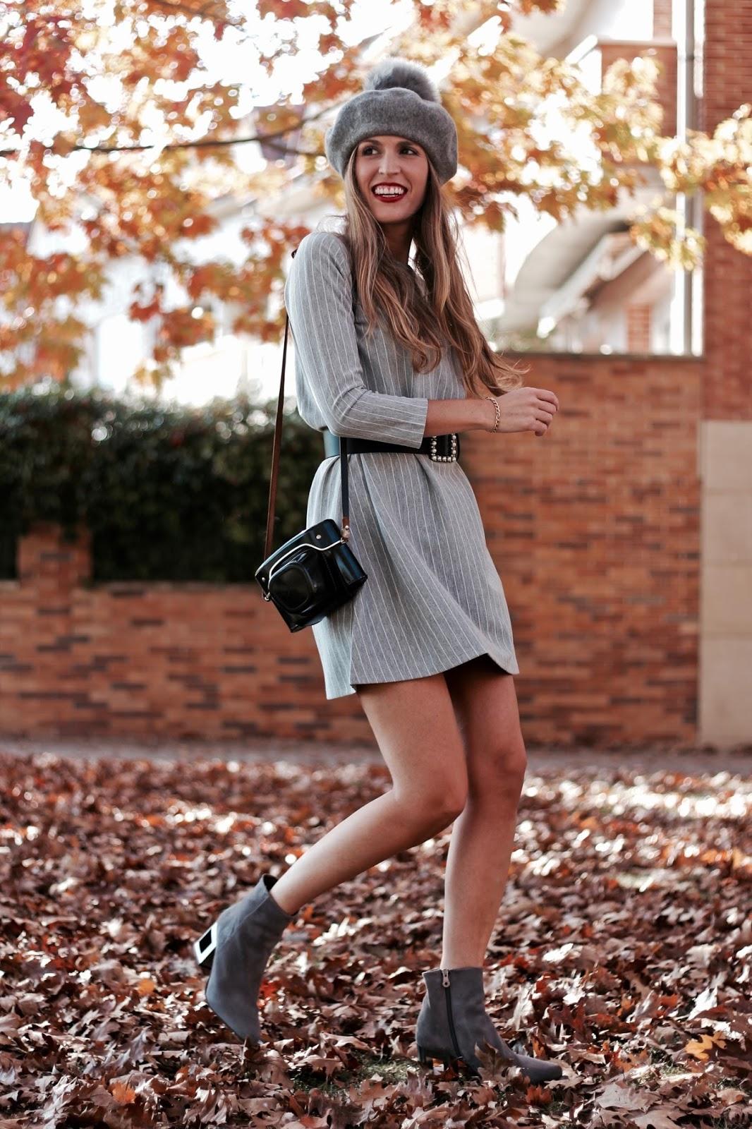 vestido gris con rayas