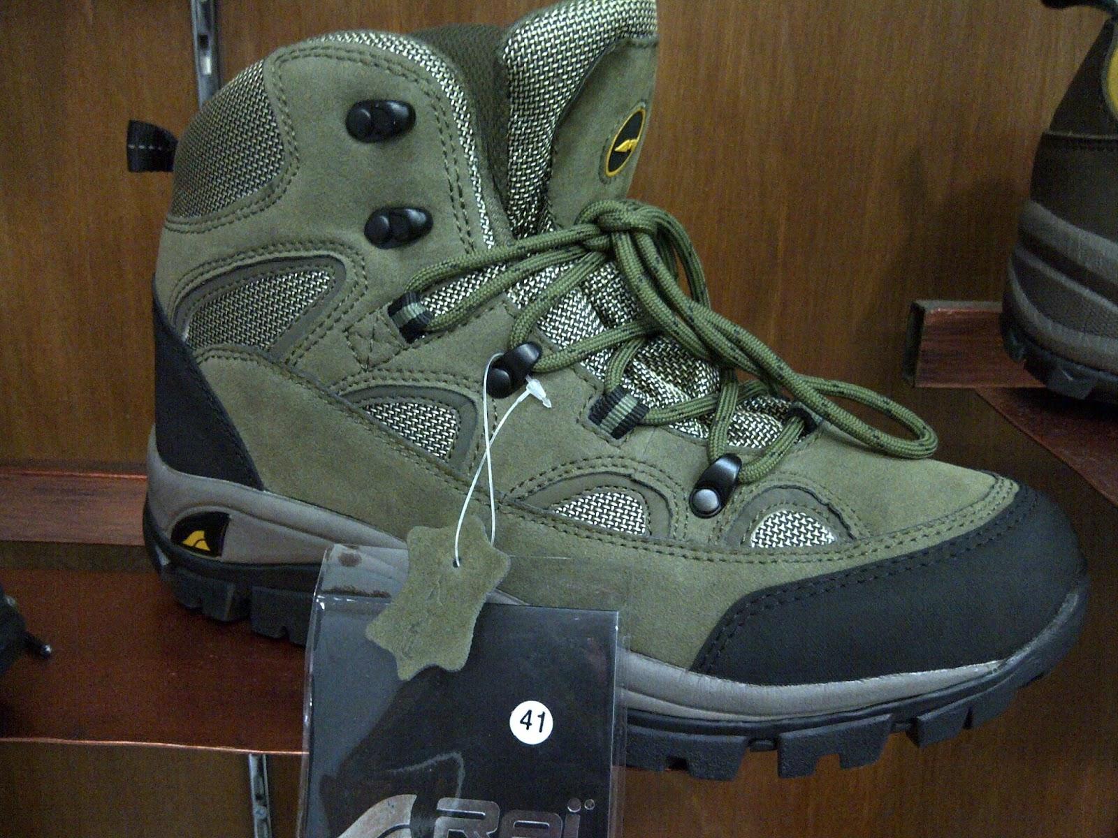 Sepatu jenis ini tergolong sepatu yang sangat kuat dengan desainnya yang  bagus. Sepatu Gunung Rei Nebraska T-736 juga memberikan perlindungan dari  bagian ... 65260eb4f9