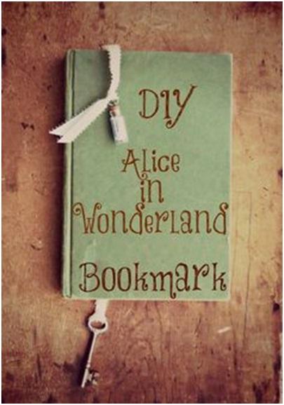 Pembatas buku yang terinspirasi oleh Alice in Wonderland.