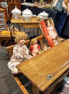 antiguas muñecas y pupitre en el desembalaje de arriondas