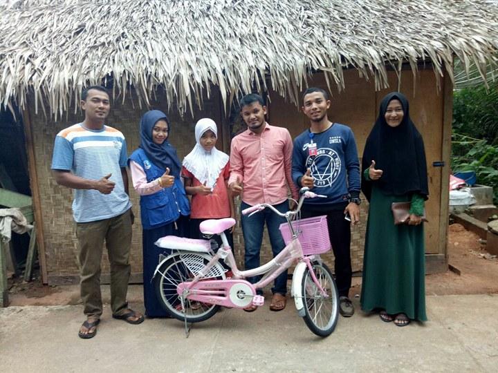 LPD Serahkan Sepeda Kepada Ratu Anak Penerima Beasiswa/Syafaat Orang Tua Asuh dari LPD