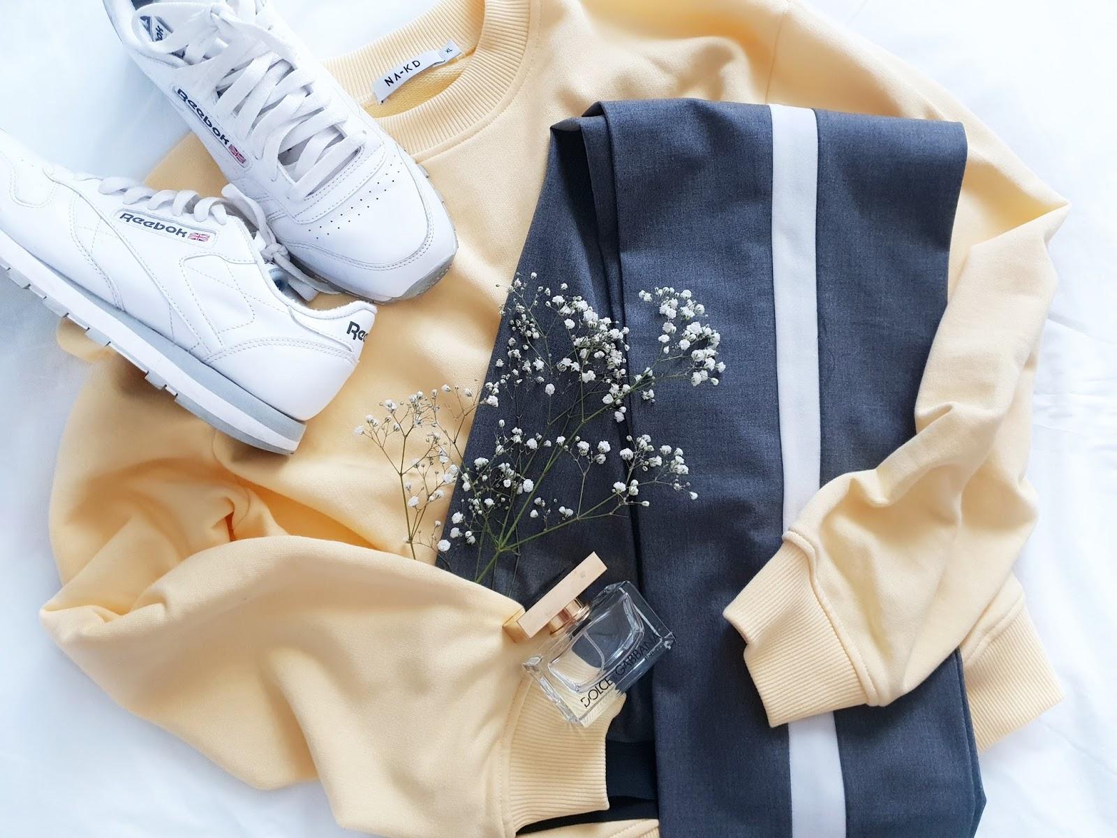 Grey & yellow czyli trencz i spodnie z lampasami