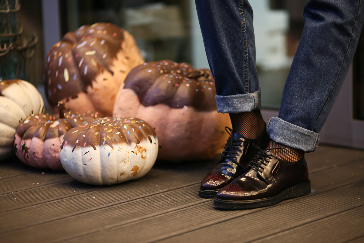 обувь на плоском ходу и колготки-сетка с магазина Walker