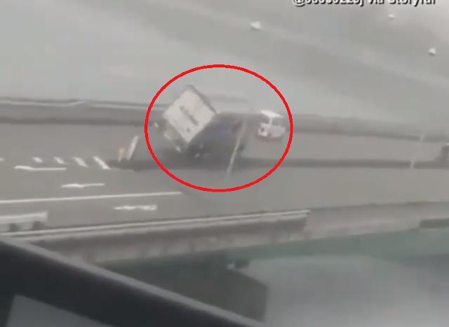 Video Detik-detik Mengerikan Truk dan Mobil Tersapu Angin Topan Jebi di Jepang