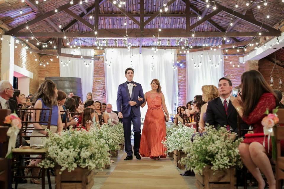 casamento-lindo-singelo-cerimonia-luzinhas-entrada-noivo