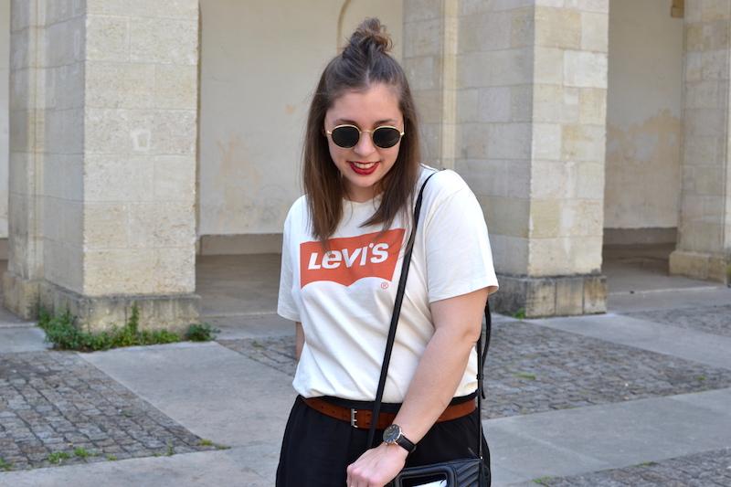 t-shirt levi's homme, short fluide noir H&M, ceinture marron Isabel Marant, lunette de soleil style Ray Ban, sac M de Maje
